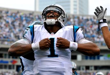 Cam Newton de los Panthers de Carolina tras anotar un touchdown ante los Saints de Nueva Orléans el domingo 16 de septiembre de 2012. (AP Foto/Rainier Ehrhardt)